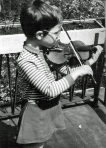 1971 mit 5 Jahren erster Geigenunterricht bei Sabine Harazim, später bei Hartmut Opolka