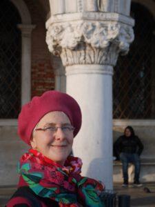 Dezember 2017 - ich musste noch einmal nach Venedig fahren, um meine Erinnerungen vom Juni aufzufrischen. Oben am Schmuck der Säule kann man ganz verschwommen einen kleinen Geiger erkennen.