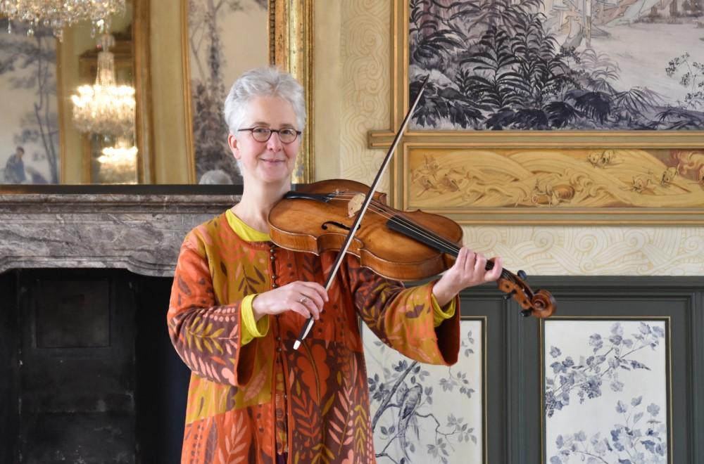 Anne Schumann mit der großen Tenor-Viola der Brüder Amati aus dem Kunstgewerbemuseum Dresden im Schloss Pillnitz, Foto Torsten-Pieter Rösler